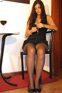 Free picture of a girl wearing ballet flats from BalletFlatsFetish.com - piedi-velati-federica-tavolino01-02