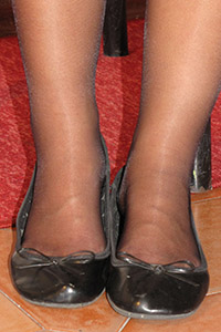 Free picture of a girl wearing ballet flats from BalletFlatsFetish.com - piedi-velati-federica-tavolino01-03