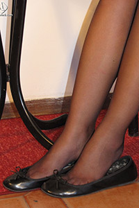 Free picture of a girl wearing ballet flats from BalletFlatsFetish.com - piedi-velati-federica-tavolino01-05