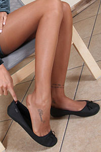 Free picture of a girl wearing ballet flats from BalletFlatsFetish.com - nylonfeetlove-daniela-vestitovelluto01-04