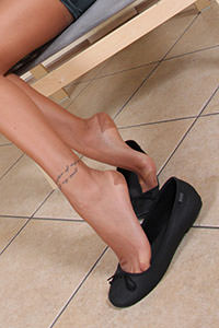 Free picture of a girl wearing ballet flats from BalletFlatsFetish.com - nylonfeetlove-daniela-vestitovelluto01-09