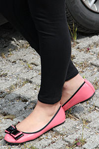 Free picture of a girl wearing ballet flats from BalletFlatsFetish.com - passione-piedi-petra-automobile01-02
