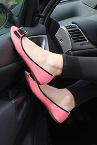 Free picture of a girl wearing ballet flats from BalletFlatsFetish.com - passione-piedi-petra-automobile01-04