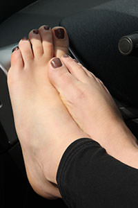 Free picture of a girl wearing ballet flats from BalletFlatsFetish.com - passione-piedi-petra-automobile01-08