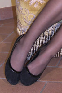 Free picture of a girl wearing ballet flats from BalletFlatsFetish.com - passione-piedi-aida-poltrona01-03