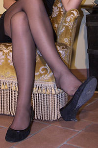 Free picture of a girl wearing ballet flats from BalletFlatsFetish.com - passione-piedi-aida-poltrona01-04