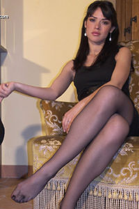 Free picture of a girl wearing ballet flats from BalletFlatsFetish.com - passione-piedi-aida-poltrona01-07