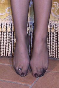 Free picture of a girl wearing ballet flats from BalletFlatsFetish.com - passione-piedi-aida-poltrona01-08