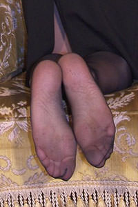 Free picture of a girl wearing ballet flats from BalletFlatsFetish.com - passione-piedi-aida-poltrona01-09