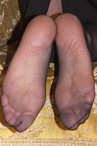 Free picture of a girl wearing ballet flats from BalletFlatsFetish.com - passione-piedi-aida-poltrona01-10