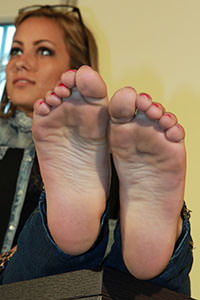 Free picture of a girl wearing ballet flats from BalletFlatsFetish.com - passione-piedi-valeria-scrivania01-09