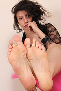 Free picture of a girl wearing ballet flats from BalletFlatsFetish.com - passione-piedi-tessa-poltrona01-09